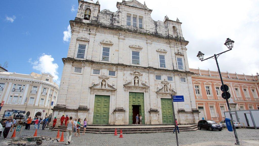 Catedral de Salvador caracterizando aspectos religiosos, cenas de rua e uma igreja ou catedral
