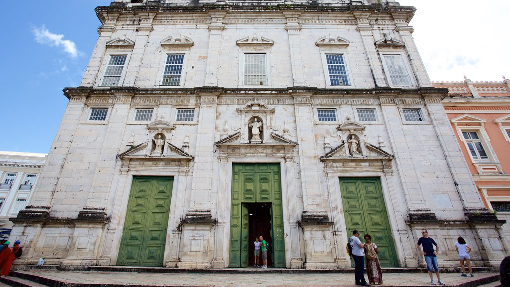 Catedral de Salvador que inclui elementos de patrimônio, elementos religiosos e uma igreja ou catedral
