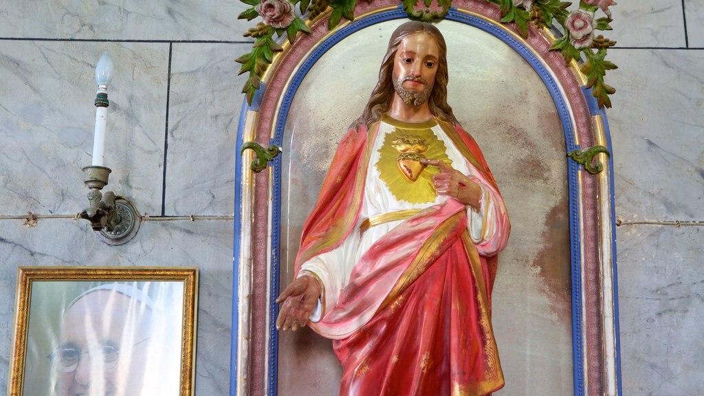 Igreja e Convento de São Francisco de Salvador caracterizando elementos religiosos, vistas internas e uma estátua ou escultura