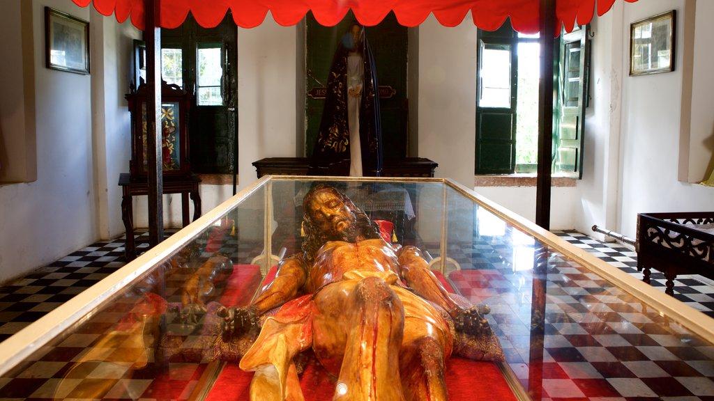 Igreja e Convento de São Francisco de Salvador que inclui aspectos religiosos, uma igreja ou catedral e uma estátua ou escultura
