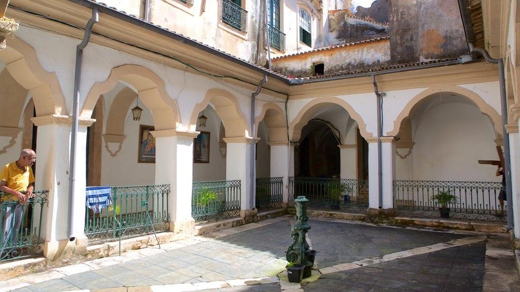 Igreja e Convento de São Francisco de Salvador que inclui uma igreja ou catedral assim como um homem sozinho