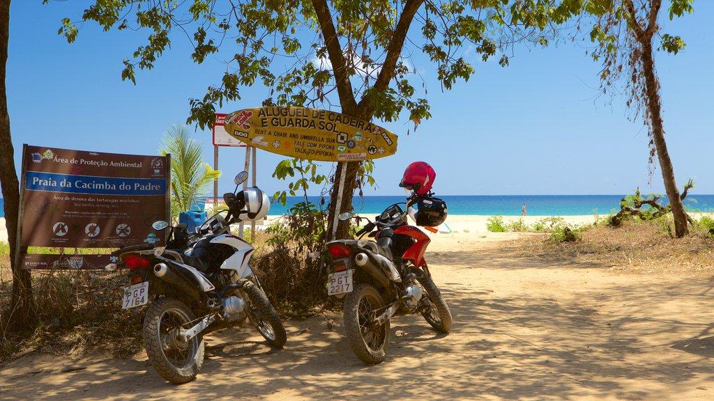 Praia Cacimba do Padre caracterizando uma praia, passeio de moto e sinalização