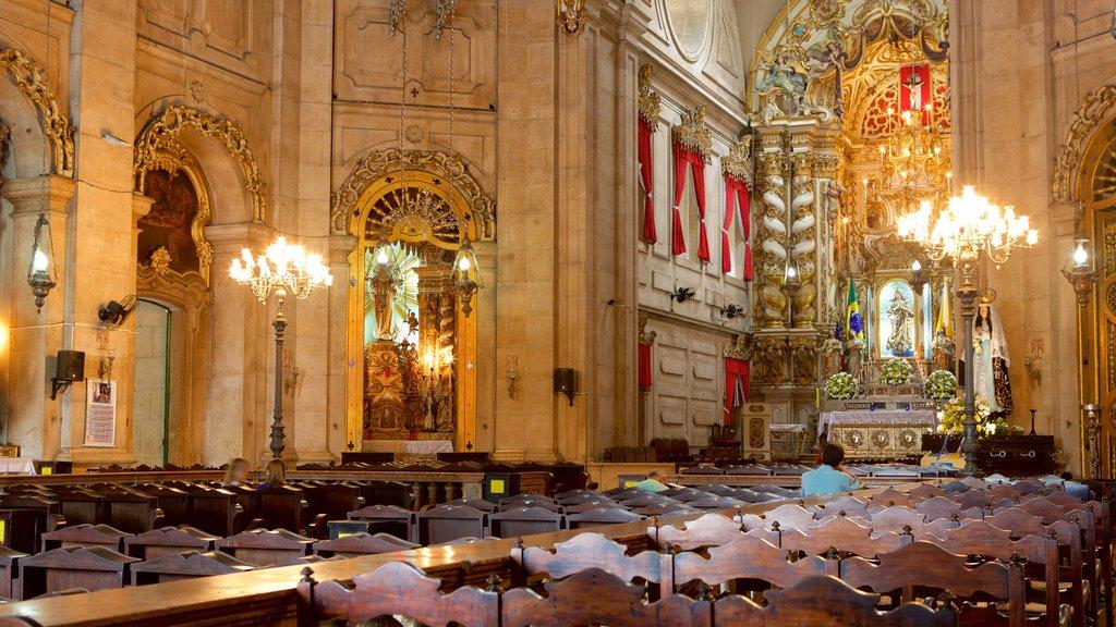 Basílica de Nossa Senhora de Conceição da Praia mostrando elementos religiosos, uma igreja ou catedral e vistas internas