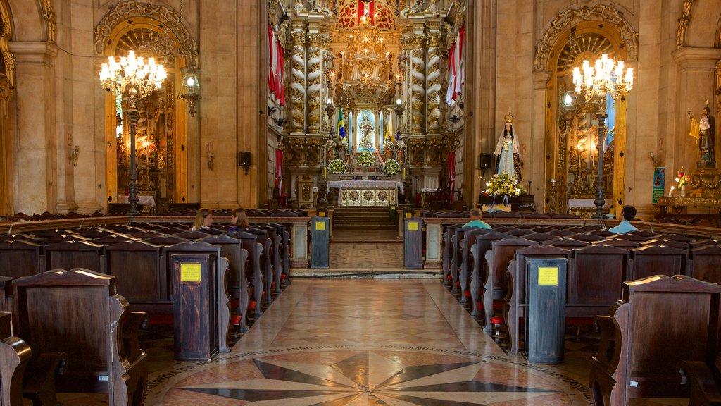 Basílica de Nossa Senhora de Conceição da Praia que inclui vistas internas, uma igreja ou catedral e aspectos religiosos