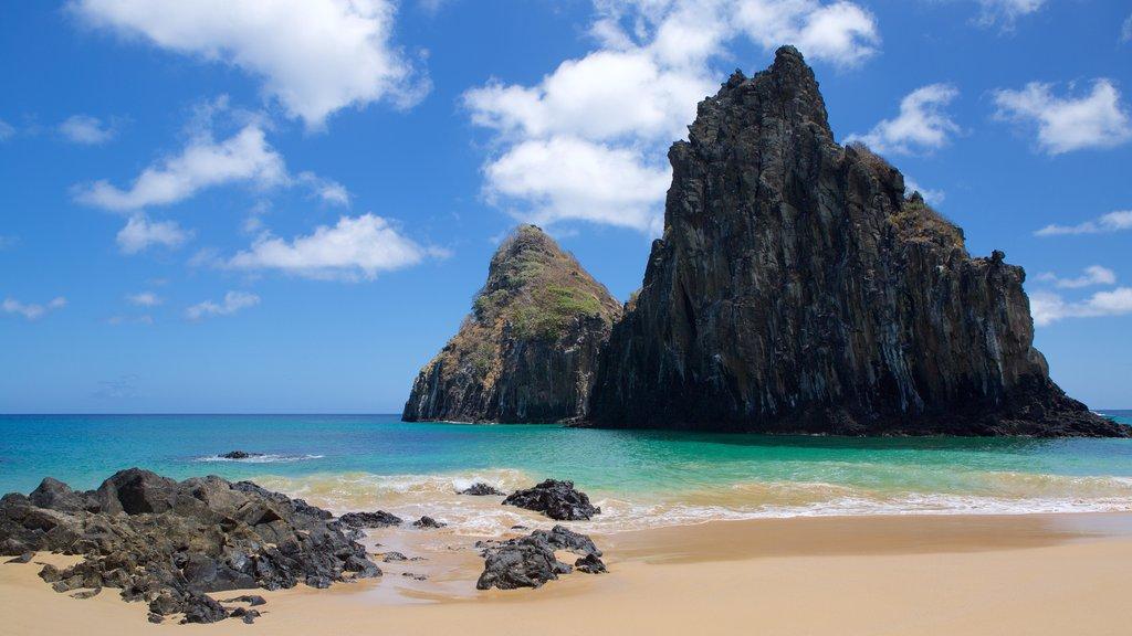 Morro Dois Irmãos que inclui paisagens litorâneas, litoral rochoso e uma praia de areia