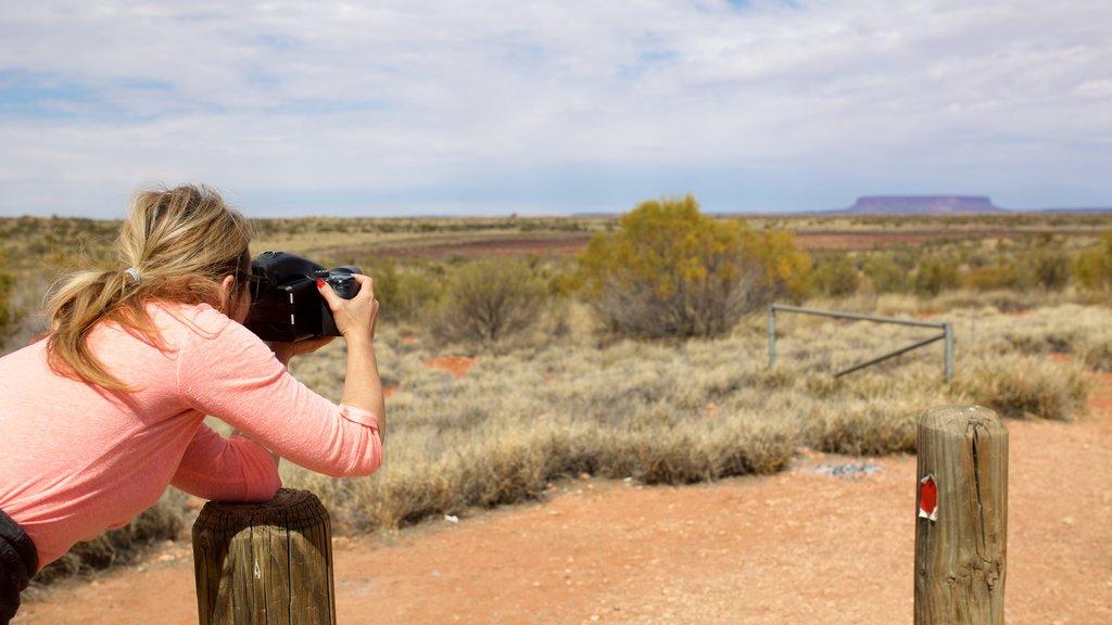 Alice Springs que incluye vistas al desierto y también una mujer