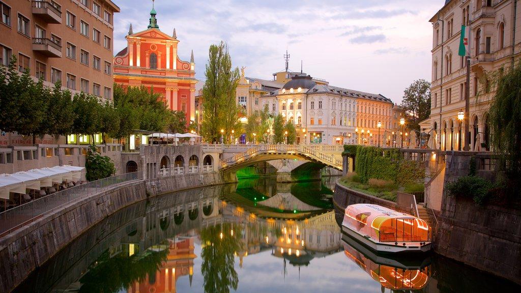 Puente Triple que incluye un puente, escenas nocturnas y un río o arroyo