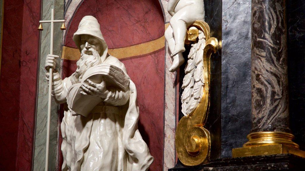 Iglesia Franciscana de la Anunciación mostrando vistas interiores y una estatua o escultura
