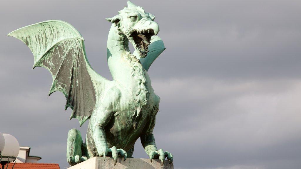 Puente del Dragón que incluye una estatua o escultura