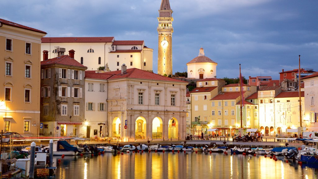 Piran que incluye una ciudad costera, escenas nocturnas y paseos en lancha