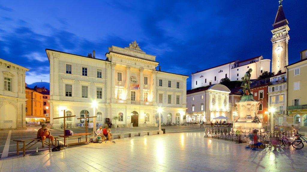 Piran mostrando un parque o plaza, escenas nocturnas y una estatua o escultura