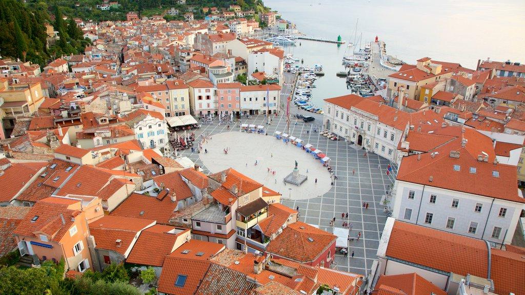 Piran que incluye una marina, una ciudad costera y vistas generales de la costa