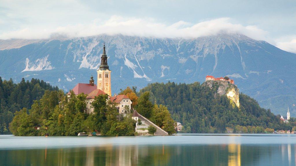 Lago de Bled que incluye montañas, vistas de paisajes y un lago o abrevadero