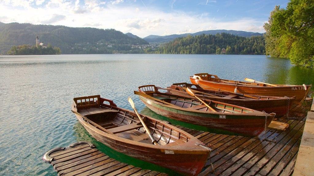 Lago de Bled mostrando vistas de paisajes, paseos en lancha y un lago o abrevadero