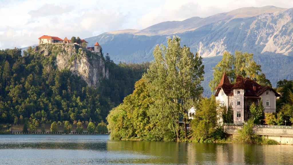 Lago de Bled que incluye un lago o abrevadero y montañas