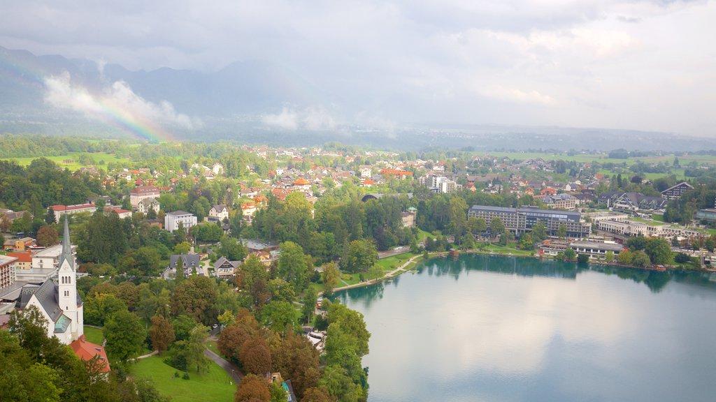 Bled ofreciendo un lago o abrevadero y una pequeña ciudad o pueblo
