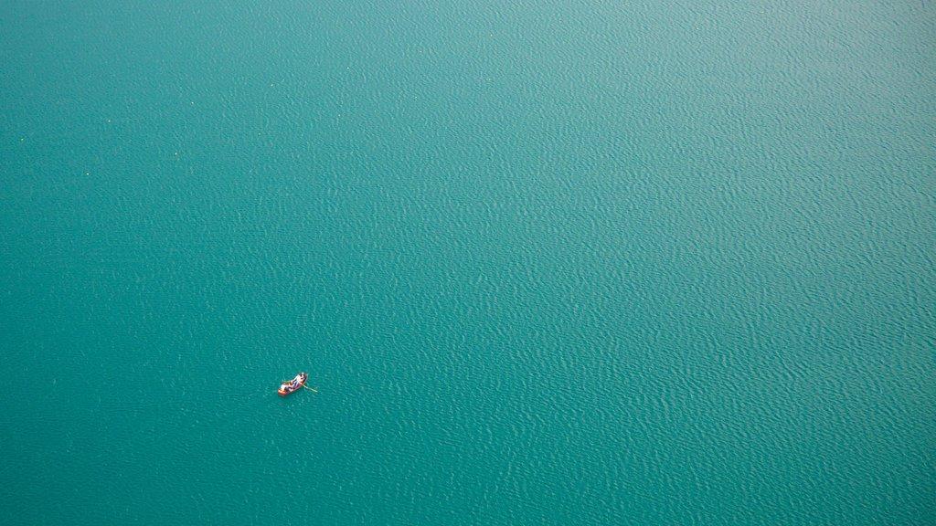 Lago de Bled ofreciendo paseos en lancha y un lago o abrevadero