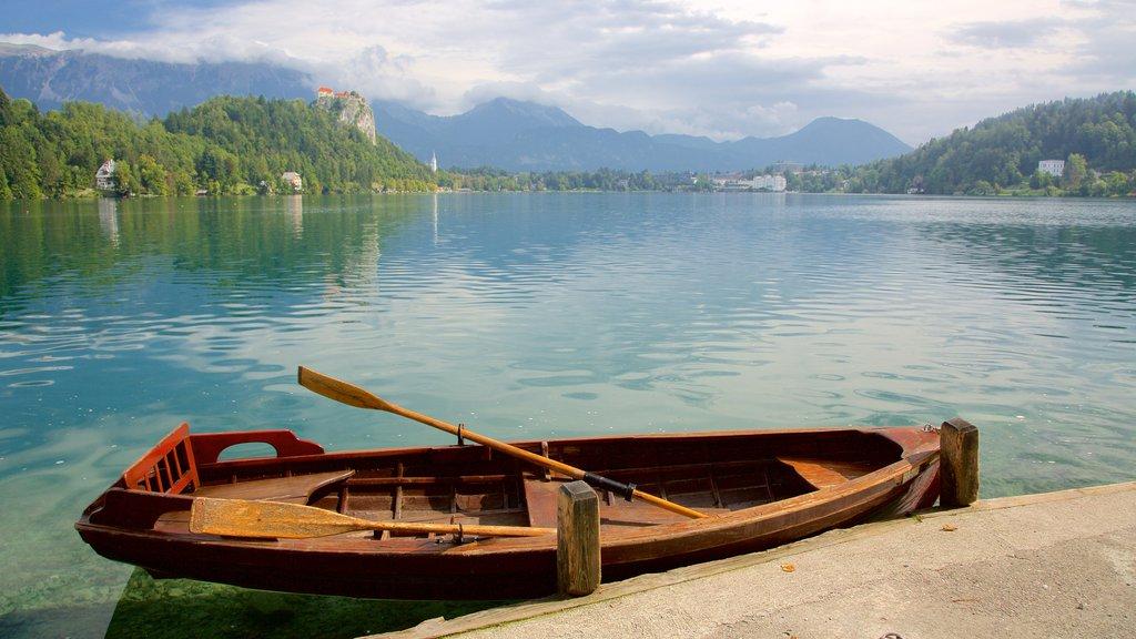 Lago de Bled ofreciendo un lago o abrevadero y kayak o canoa