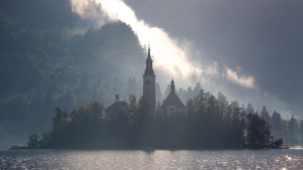 Iglesia de Sv Marika Bozja mostrando un castillo, neblina o niebla y un lago o abrevadero