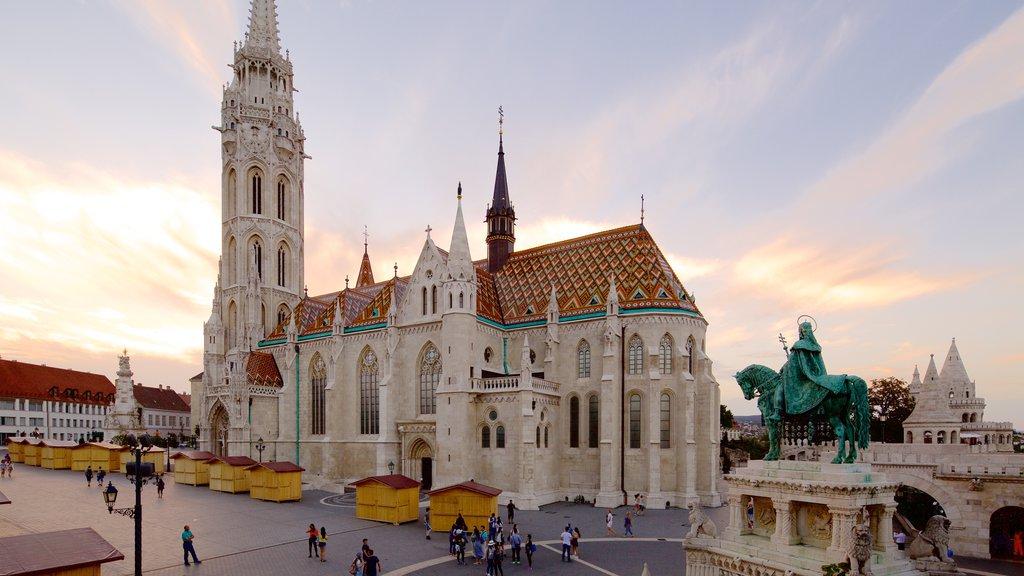 Igreja Matthias que inclui um monumento, uma estátua ou escultura e arquitetura de patrimônio