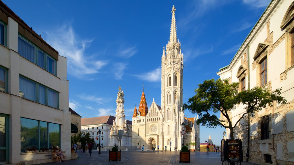 Igreja Matthias caracterizando uma igreja ou catedral, uma praça ou plaza e arquitetura de patrimônio