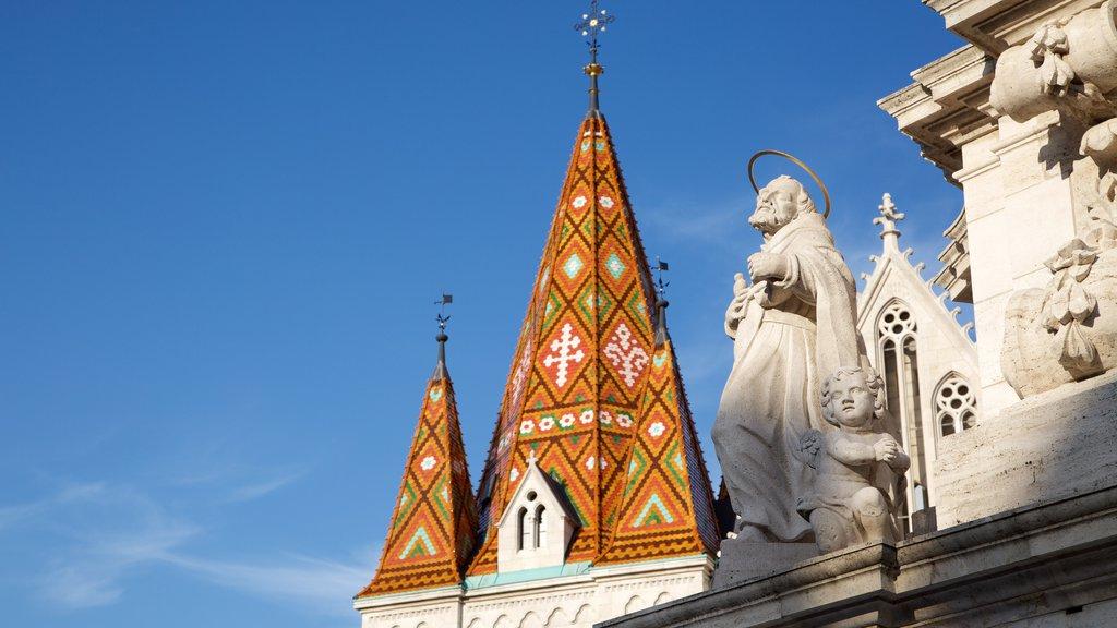 Igreja Matthias caracterizando uma igreja ou catedral, aspectos religiosos e uma estátua ou escultura