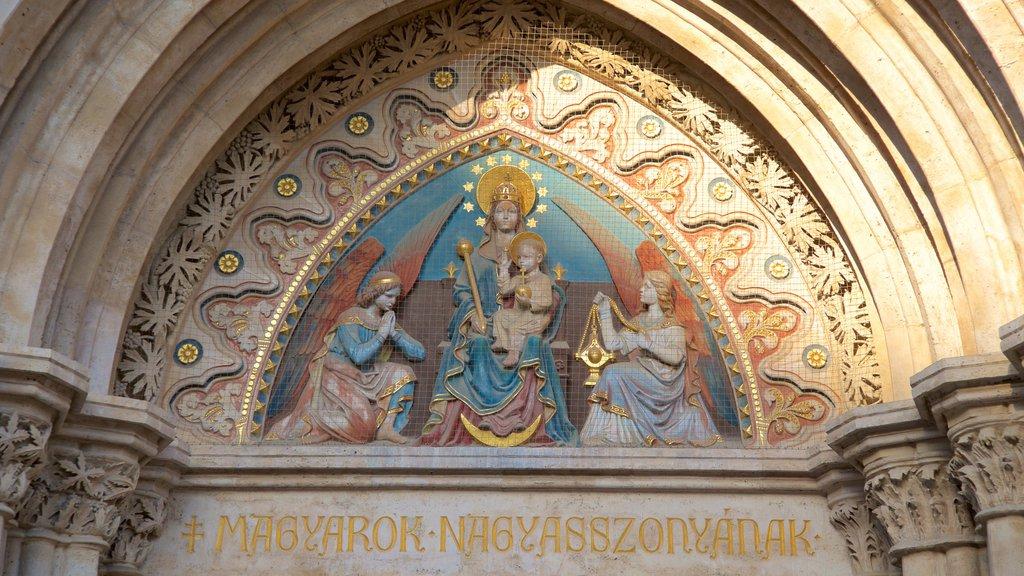 Igreja Matthias caracterizando arquitetura de patrimônio, elementos religiosos e sinalização