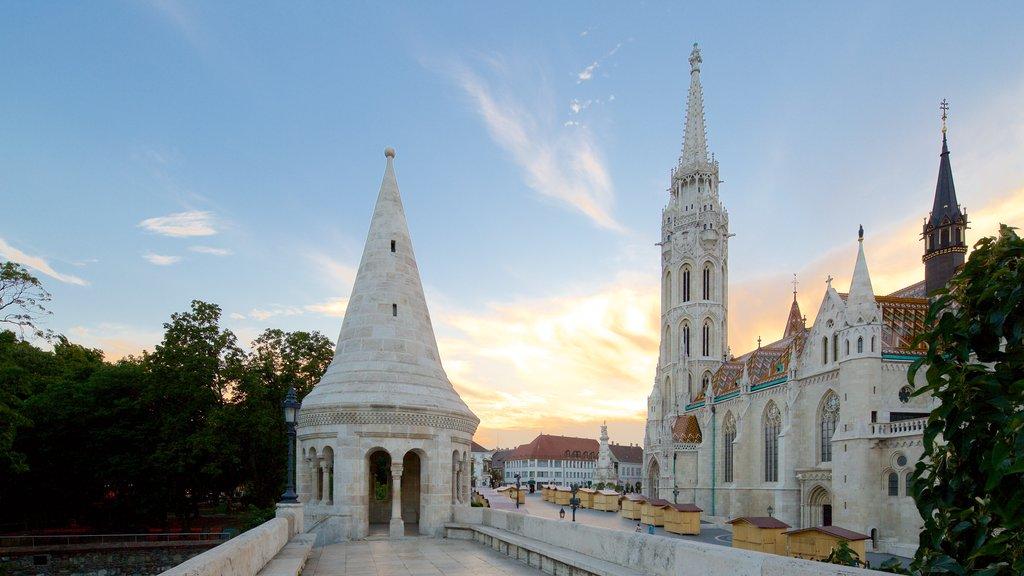 Igreja Matthias que inclui um pôr do sol, arquitetura de patrimônio e uma igreja ou catedral