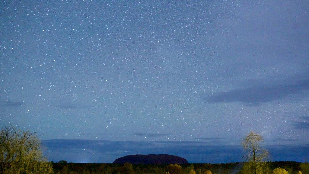 Uluru que incluye escenas nocturnas, un monumento y escenas tranquilas