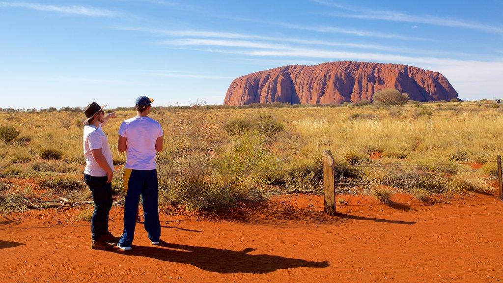 Uluru que incluye vistas al desierto y vistas de paisajes y también una pareja
