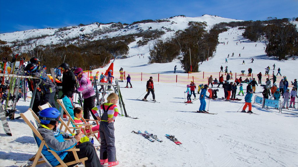 Thredbo featuring snow skiing and snow as well as a large group of people