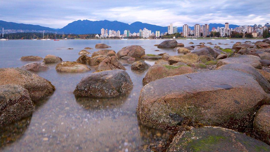 Playa Kitsilano ofreciendo una bahía o puerto, una ciudad y vistas generales de la costa