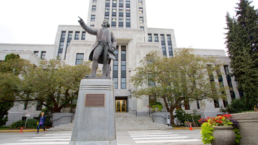 Vancouver showing a monument, heritage architecture and an administrative buidling