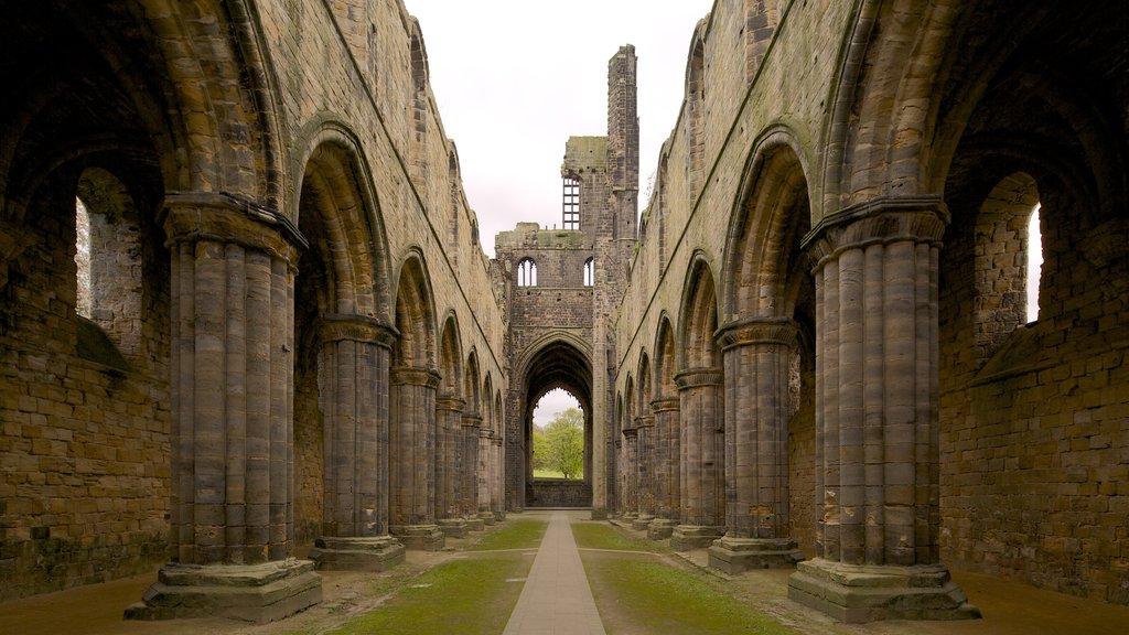 Kirkstall Abbey mostrando una ruina y patrimonio de arquitectura