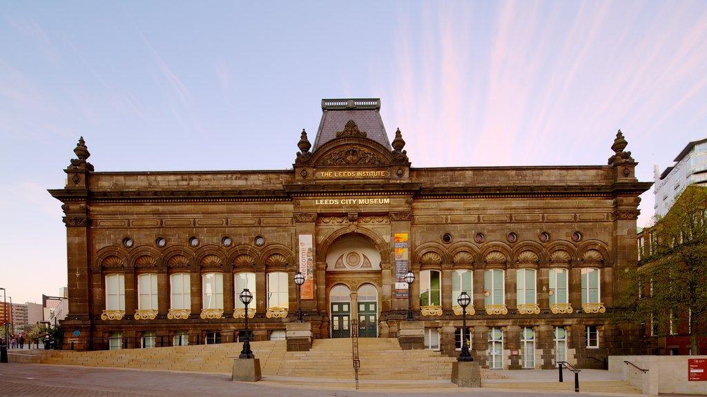 Millennium Square mostrando escenas urbanas, una puesta de sol y patrimonio de arquitectura