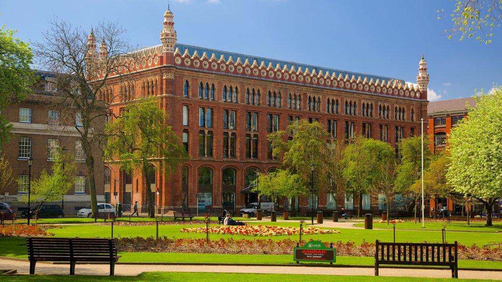 Leeds Park Square que incluye un parque y patrimonio de arquitectura