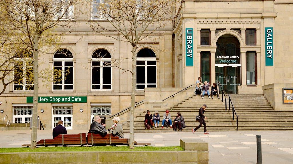 Leeds ofreciendo patrimonio de arquitectura, señalización y un edificio administrativo