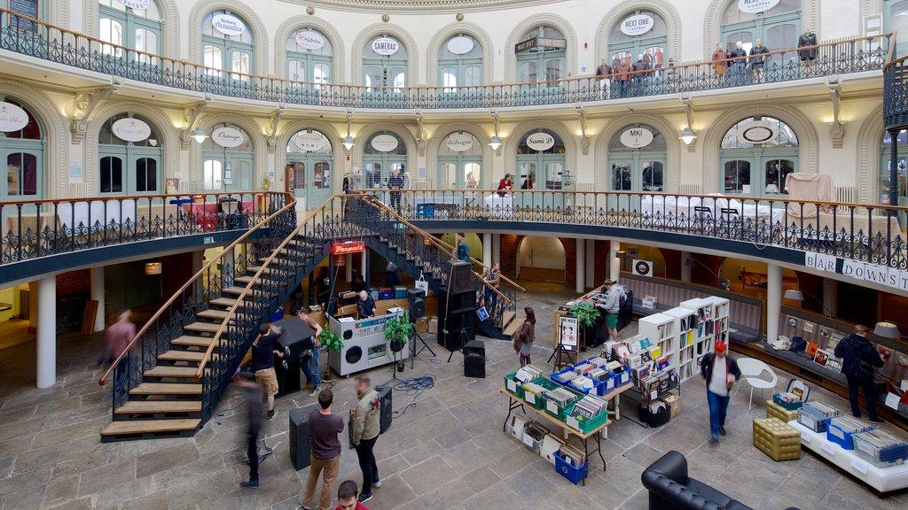 Corn Exchange mostrando vistas interiores y patrimonio de arquitectura y también un pequeño grupo de personas