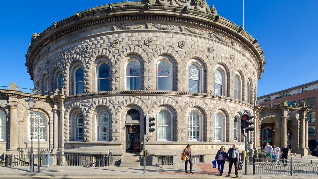 Corn Exchange que incluye patrimonio de arquitectura y escenas urbanas y también un pequeño grupo de personas