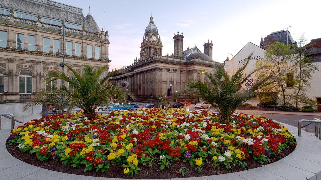 Ayuntamiento de Leeds mostrando flores, un edificio administrativo y una ciudad