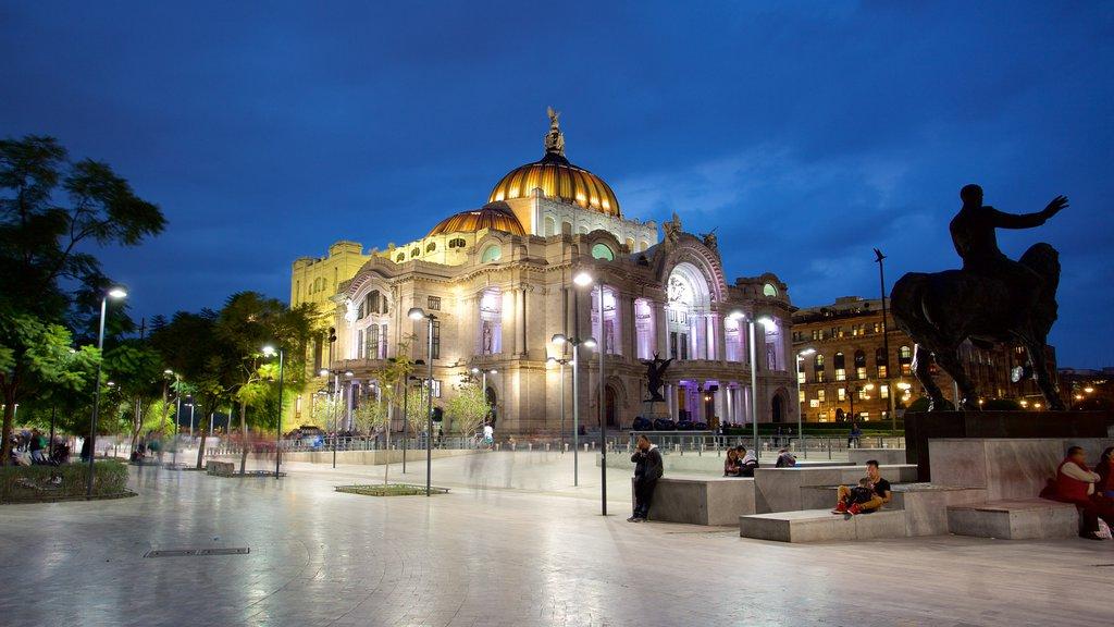 Palacio de Bellas Artes mostrando un jardín, escenas nocturnas y patrimonio de arquitectura