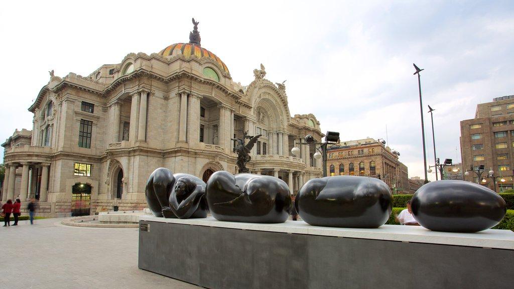 Palacio de Bellas Artes mostrando escenas de teatro, un parque o plaza y patrimonio de arquitectura