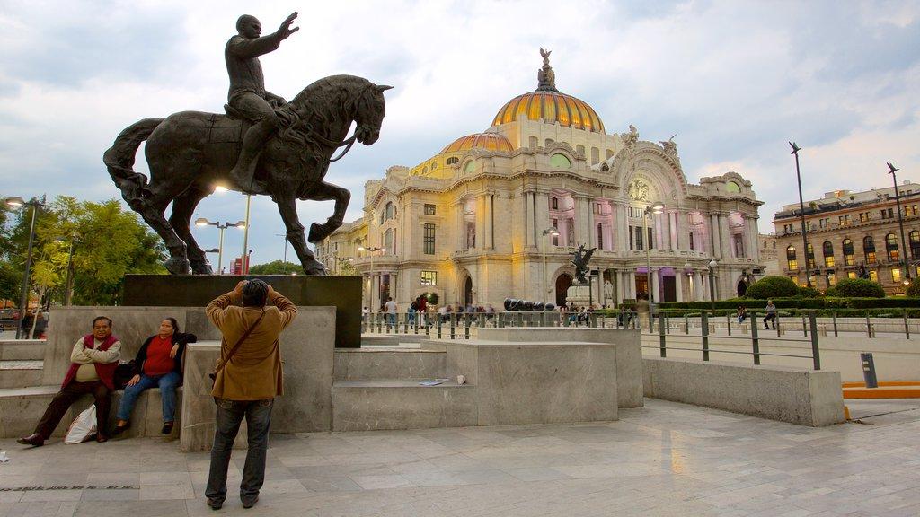 Palacio de Bellas Artes mostrando escenas de teatro, una estatua o escultura y patrimonio de arquitectura