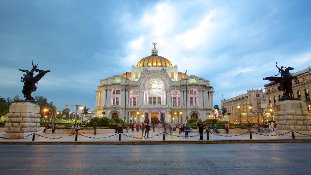 Palacio de Bellas Artes mostrando un parque o plaza, escenas de teatro y una estatua o escultura