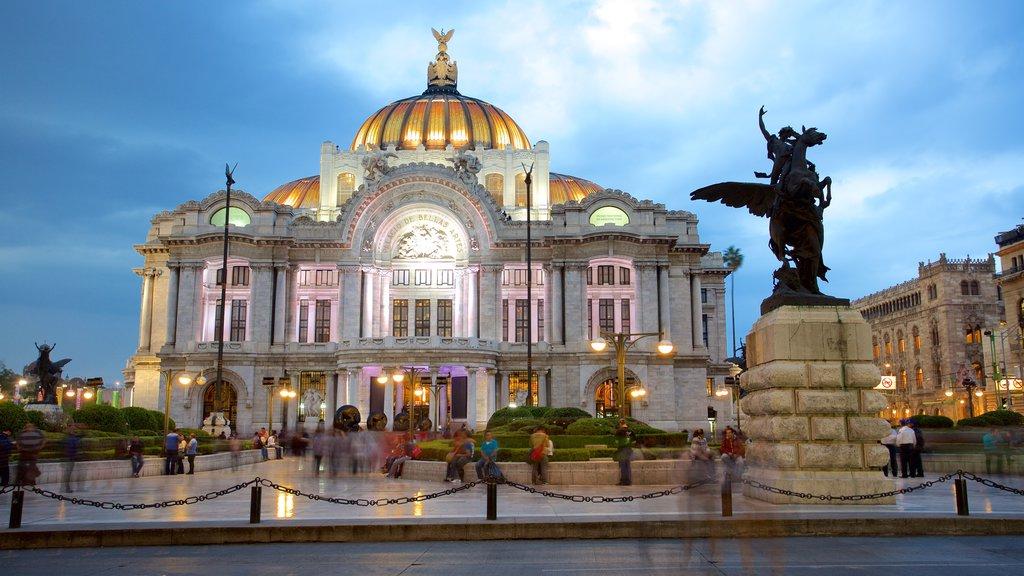 Palacio de Bellas Artes que incluye un parque o plaza, escenas nocturnas y escenas de teatro