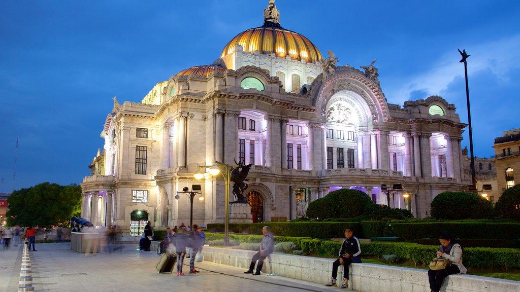 Palacio de Bellas Artes ofreciendo escenas de teatro, un parque o plaza y escenas nocturnas