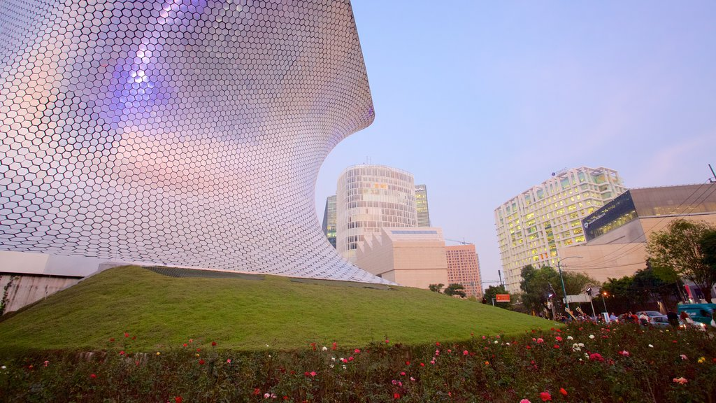 Museo Soumaya which includes a garden, a city and modern architecture
