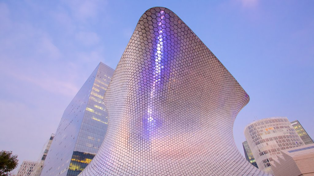 Museo Soumaya featuring a city and modern architecture