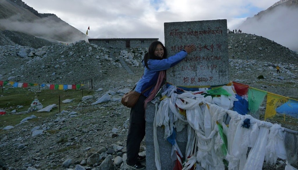 Manouk op het Mount Everest Base Camp in Tibet