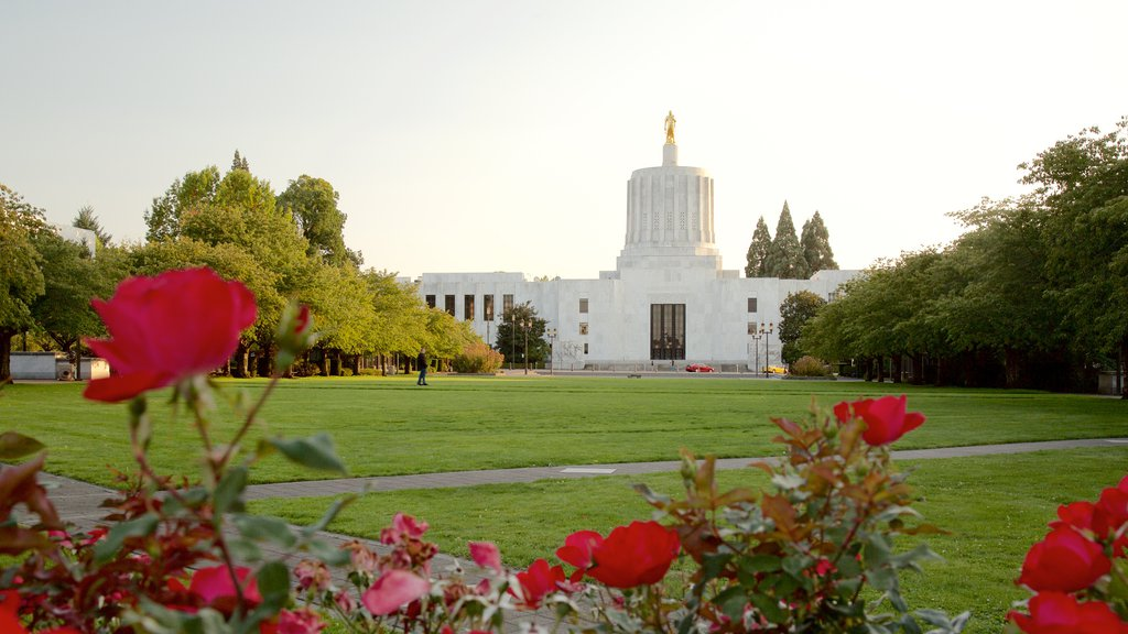 Oregon State Capitol showing a park